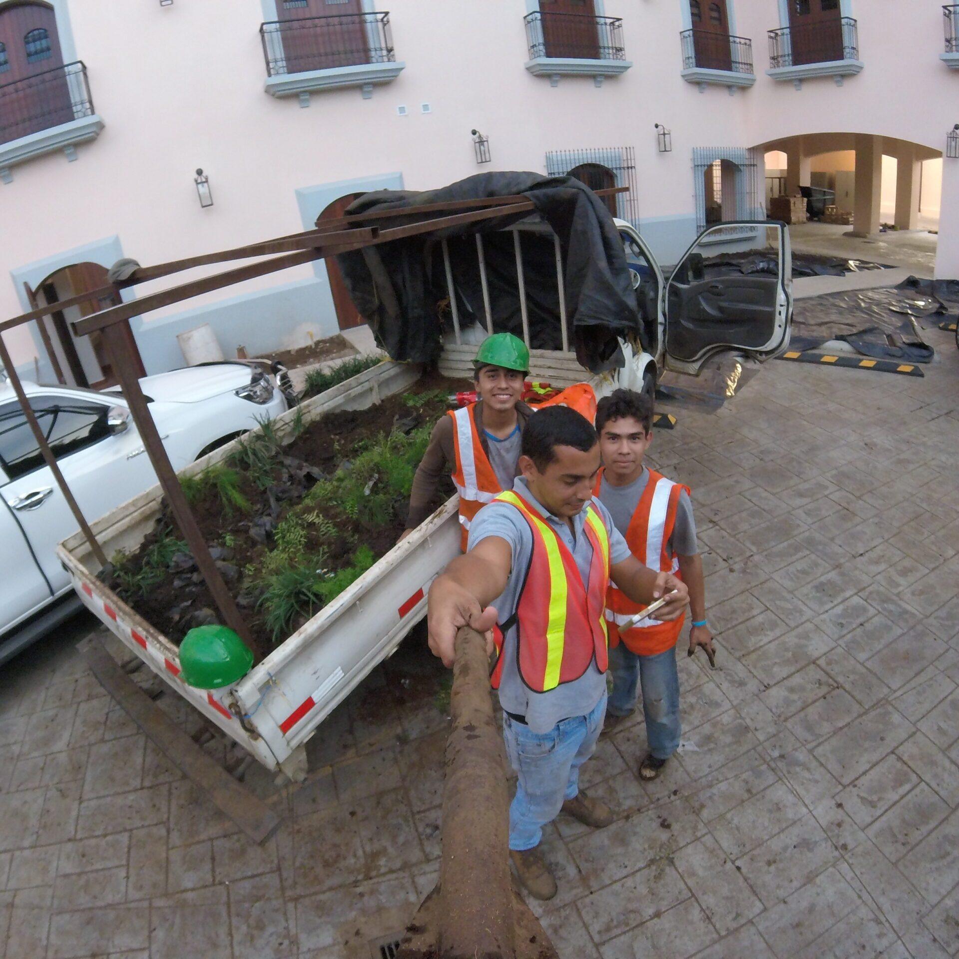 Durante la construcción de jardín vertical en Hotel La Recolección León, Nicaragua